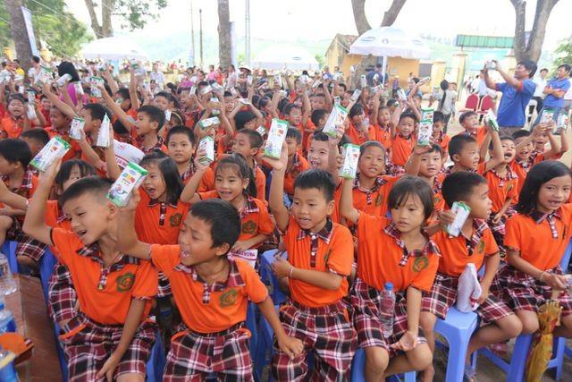 các em học sinh hào hứng khi được chơi các trò chơi vụi nhộn, rước đèn trung thu và uống sữa cùng bạn bè