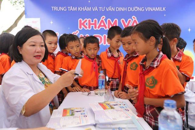 Các em nhỉ được khám và tư vấn sức khoẻ miễn phí bởi các bác sỹ đến từ Trung tâm dinh dưỡng Vinamilk