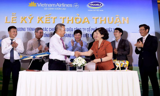 Lãnh đạo hai đơn vị thực hiện nghi thức ký kết thỏa thuận hợp tác chiến lược giữa Tổng công ty Hàng không Việt Nam (Vietnam Airlines) và Công ty Cổ phần Sữa Việt Nam (Vinamilk). (Ảnh: Lý Võ Phú Hưng)
