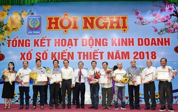 Ông Trần Văn Chuyện, Chủ tịch UBND tỉnh Sóc Trăng trao bằng khen cho các cá nhân có thành tích xuất sắc