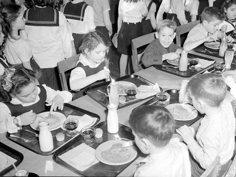 """Tuyệt đại đa số phụ huynh bày tỏ ý kiến, vì sao vẫn có người phản đối """"sữa học đường""""?"""