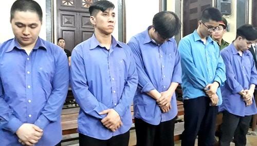 Như (đứng giữa) và đồng phạm tại tòa hôm nay. Ảnh: Hải Duyên/VnE