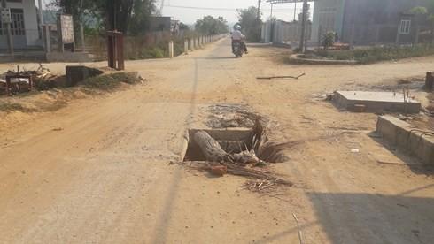 Đường 40 tỷ đồng ở Kon Tum chưa bàn giao đã hư hỏng