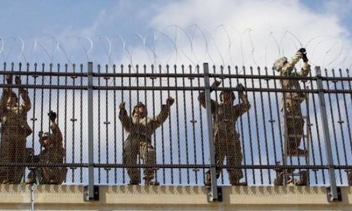 Quân đội Mỹ lắp đặt hàng rào dây thép gai ở biên giới Mỹ - Mexico, khu vực thuộc thành phố McAllen, bang Texas hồi tháng 11/2018. Ảnh: Reuters/VnE