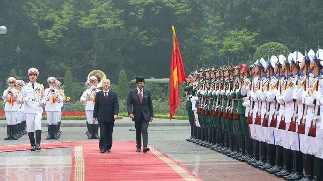 Tổng Bí thư, Chủ tịch nước Nguyễn Phú Trọng và Quốc vương Brunei Hassanal Bolkiah duyệt đội danh dự Quân đội nhân dân Việt Nam. Ảnh: TTXVN