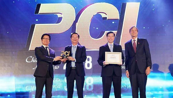 Ban Tổ chức trao kỷ niệm chương cho Quảng Ninh, địa phương có chỉ số PCI cao nhất năm 2018