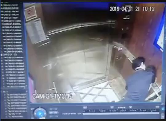 Hình ảnh ông Linh và bé gái trong thang máy. Ảnh cắt từ clip
