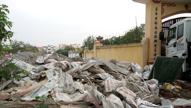 Bãi phế thải xây dựng mới bị đổ trộm bên cổng chùa Giao Quang