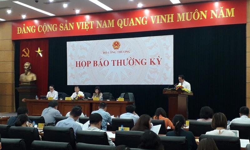 Ông Nguyễn Sinh Nhật Tân (bìa phải) trả lời câu hỏi về biên chế của Ủy ban Cạnh tranh Quốc gia
