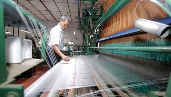 """Tín dụng chính sách đã """"tạo đà"""" cho gia đình ông Lê Ngọc Đại, làng Nha Xá có điều kiện gìn giữ, mở rộng nghề dệt lụa truyền thống"""