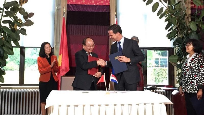 Thủ tướng Việt Nam và Thủ tướng Hà Lan trao các văn bản hợp tác song phương. Ảnh: Đại sứ quán Việt Nam tại Hà Lan