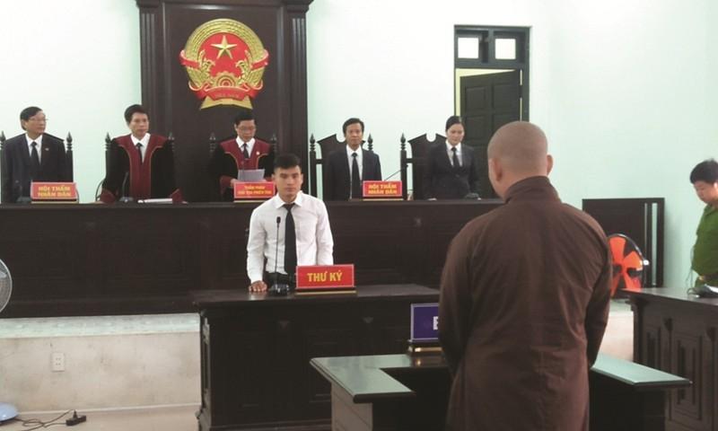 Bị cáo Đức đến tòa trong chiếc áo nâu nhà chùa, đầu đã xuống hết tóc