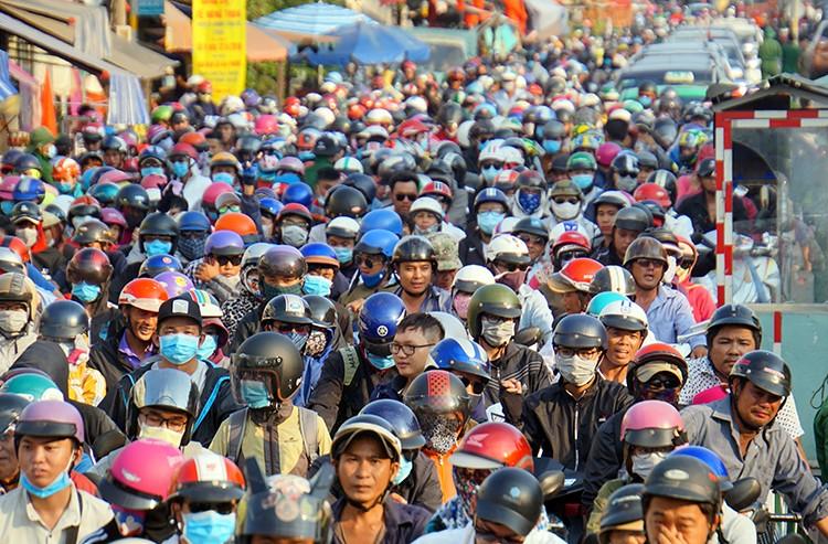 Người dân đội nắng chờ phà Cát Lái ở phía bờ Nhơn Trạch (Đồng Nai). Ảnh:Hữu Nguyên.