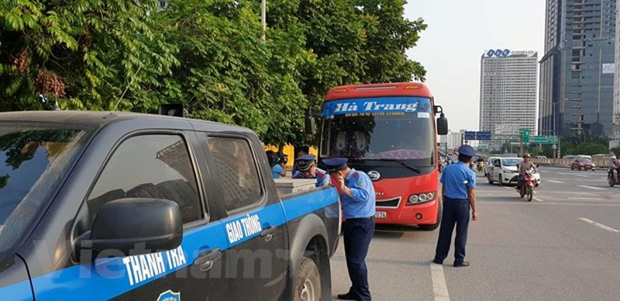 Thanh tra giao thông xử lý chiếc xe vi phạm (Ảnh: CTV Huế Văn)