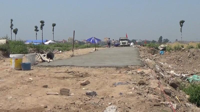 Người dân tự mang nguyên vật liệu đến làm đường trên đất dự án đã được quy hoạch