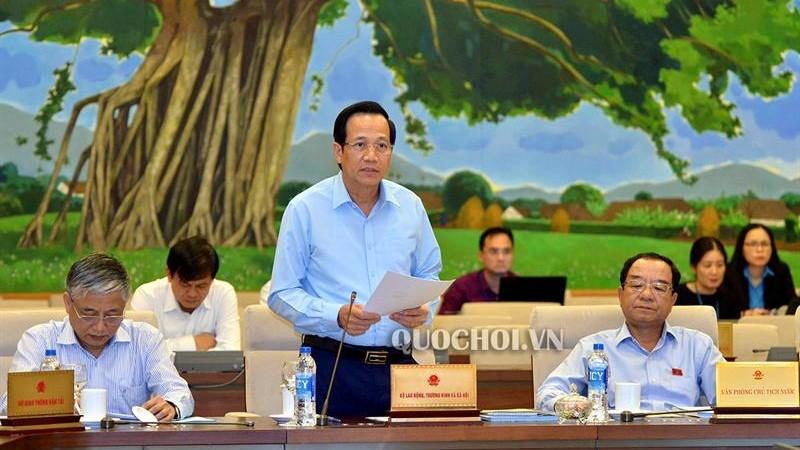 Bộ trưởng Bộ Lao động -Thương binh và Xã hội Đào Ngọc Dung trình bày báo cáo thuyến minh về việc gia nhập Công ước số 98 của ILO tại phiên họp. Ảnh: quochoi.vn