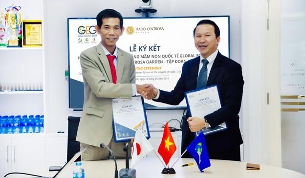 Ông Nguyễn Hữu Việt – Phó Chủ tịch HĐQT, Tổng Giám đốc Global Ecokids (bên phải) và ông Đinh Trọng Lễ - Tổng Giám đốc Công ty CP Hà Đô 765 Sài Gòn trao đổi Hợp đồng ký kết