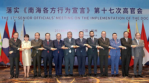 Thứ trưởng Ngoại giao Nguyễn Quốc Dũng (ngoài cùng bên phải) và quan chức các nước tại Hội nghị Quan chức cao cấp ASEAN - Trung Quốc về thực hiện DOC lần thứ 17 ở Hàng Châu, Trung Quốc.  Ảnh VnE