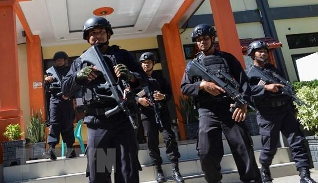 Cảnh sát Indonesia tuần tra tại khu vực Banda Aceh, tỉnh Aceh, ngày 6/4 vừa qua. (Ảnh: AFP/TTXVN)
