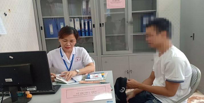 Người nghiện đến nghe tư vấn tại điểm Hỗ trợ, Tư vấn – Điều trị nghiện tại cộng đồng ở các trạm y tế trên địa bàn quận Long Biên