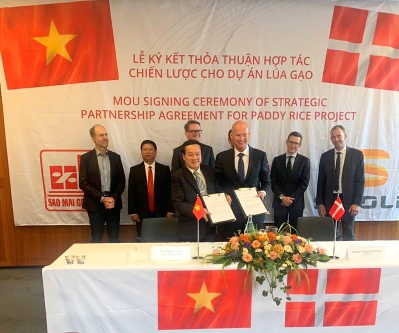 Ông Lê Thanh Thuấn và ông Lasse Hansen đồng thuận ký biên bản hợp tác