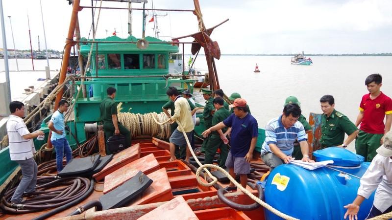 Một số đầu nậu đã tổ chức mua xăng dầu lậu trên biển rồi đưa về đất liền tiêu thụ