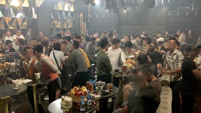 Cảnh sát TP HCM kiểm tra một quán bar