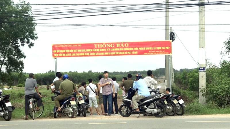 UBND xã Long Thọ treo thông báo khuyến cáo người dân