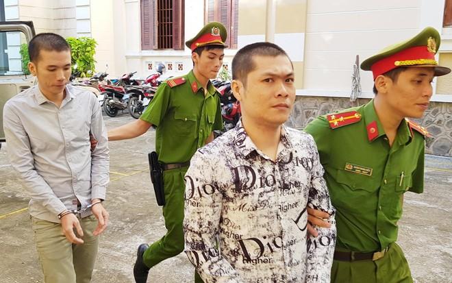 Kiên (đi trước) và Huy được cảnh sát đưa đến tòa. Ảnh: Việt Tường/Zing