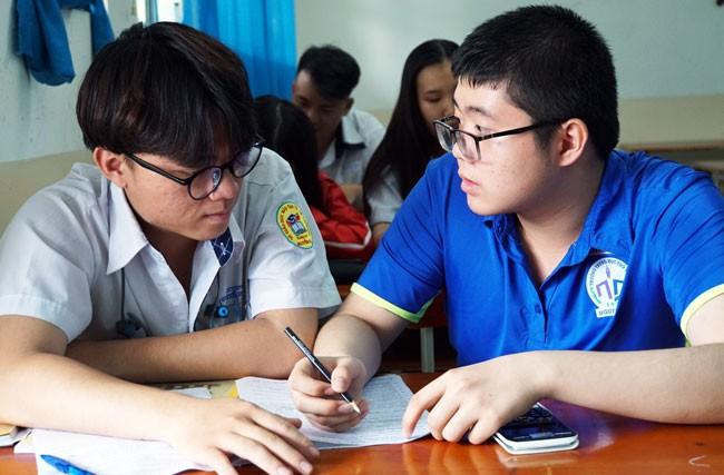 Học sinh trường THPT Nguyễn Du (TP HCM) ôn thi THPT quốc gia. Ảnh: Mạnh Tùng.