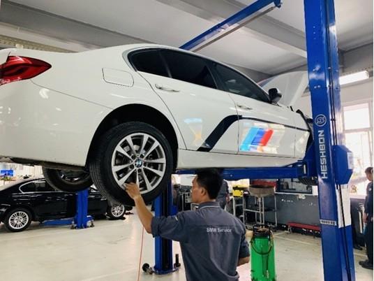 Xe BMW đang được chăm sóc, bảo dưỡng tại Quảng Ninh