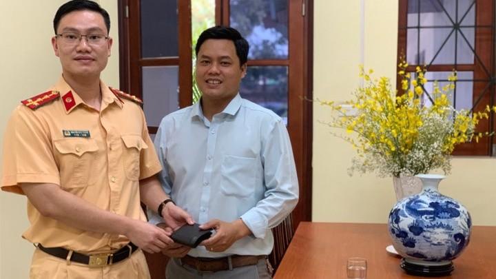 Đại uý Nguyễn Đức Thắng trao chiếc ví cho anh Điệp