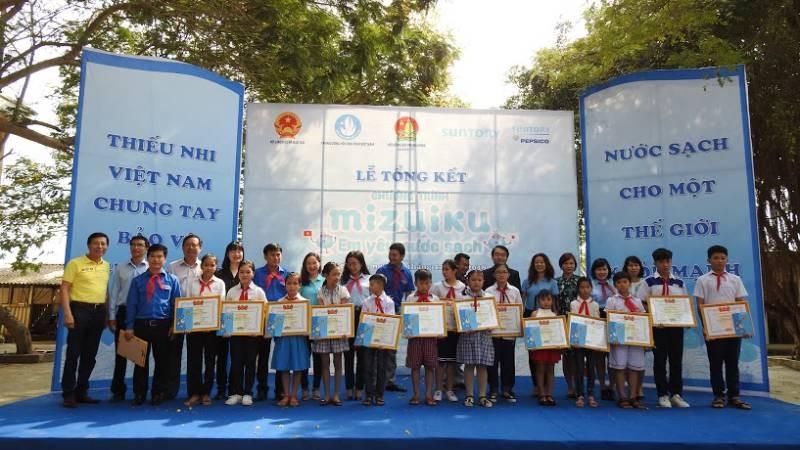 Các đại biểu tham dự lễ tổng kết chụp ảnh cùng các em nhỏ đạt giải trong cuộc thi vẽ tranh