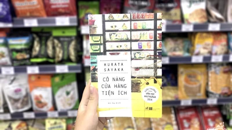 Bìa sách 'Cô nàng cửa hàng tiện ích'