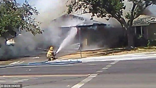 Lính cứu hỏa dập lửa ở một căn nhà ở Ridgecrest (Ảnh: Ben Hood/Dân trí)