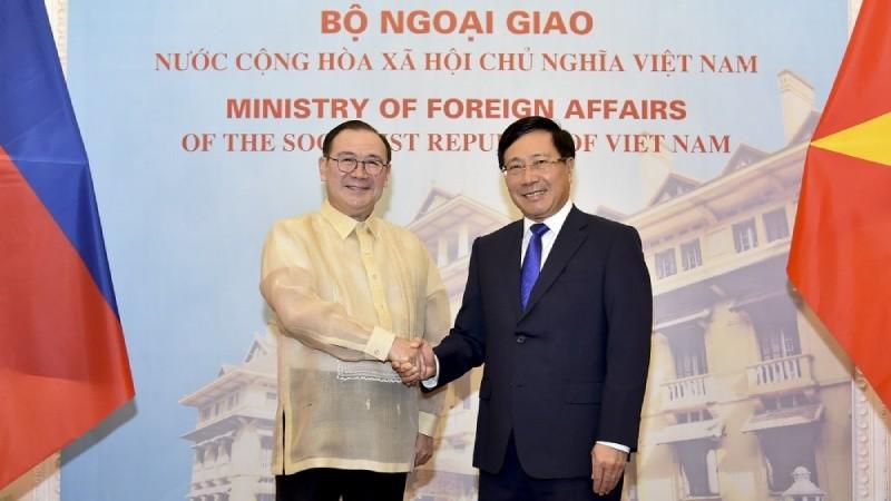 Phó Thủ tướng, Bộ trưởng Ngoại giao Phạm Bình Minh và Ngoại trưởng Philippines Teodoro Lopez Locsin. Ảnh: Baoquocte