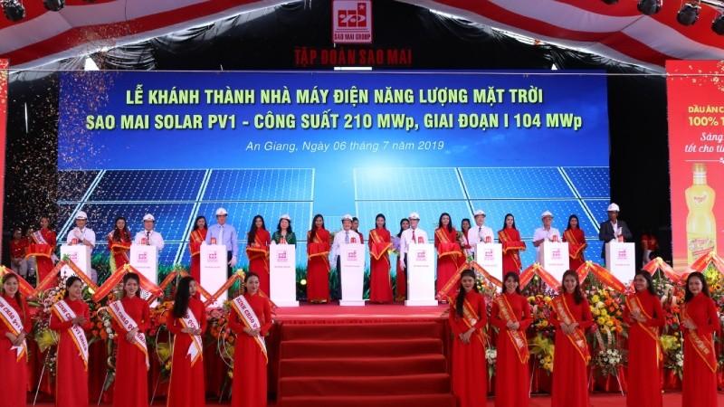 Lãnh đạo các Bộ, ngành Trung ương và địa phương nhấn nút khánh thành nhà máy điện năng lượng mặt trời Sao Mai Solar PV1