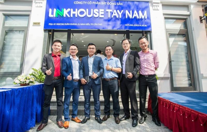 Tổng Giám đốc Công ty Linkhouse Tây Nam Nguyễn Quốc Hiếu (thứ 2 từ trái sang) tại buổi Lễ khai trương Hội sở mới
