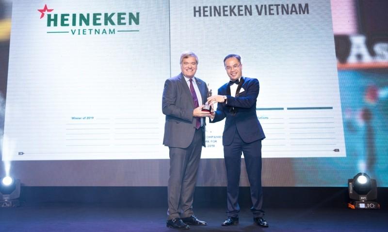 Ông Leo Evers, Tổng giám đốc điều hành của HEINEKEN Việt Nam nhận giải thưởng