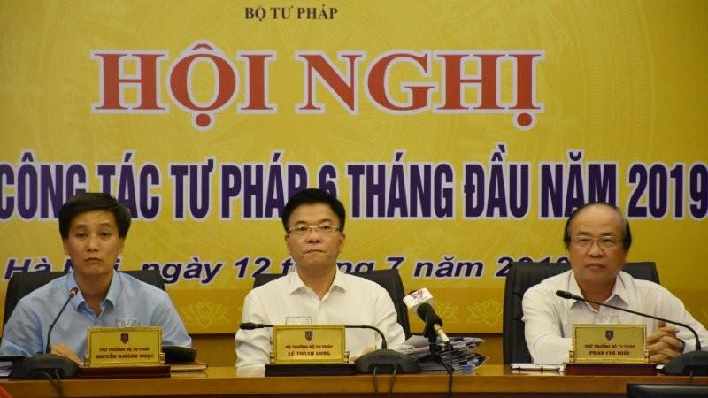 Bộ trưởng Lê Thành Long (giữa) chủ trì Hội nghị sơ kết công tác tư pháp 6 tháng đầu năm 2019
