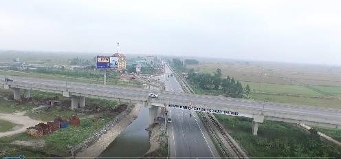 Quốc lộ 10 và cao tốc Bắc - Nam chạy qua huyện Ý Yên tạo cho địa phương nhiều thuận lợi về giao thương, phát triển kinh tế