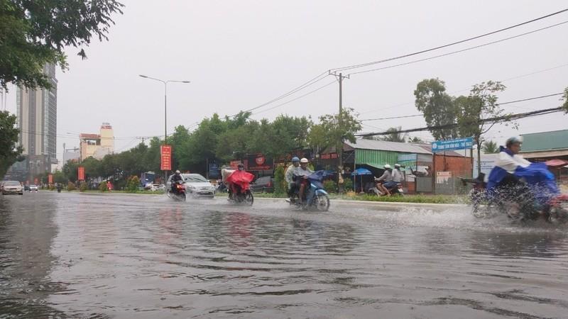 Mưa lớn gây ngập trên đường tại Cần Thơ