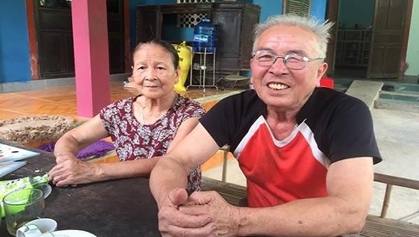 Vợ chồng ông Phạm Gia Khương (trú thôn Trường Long) đã nhận 15 triệu đồng tiền hỗ trợ còn lại
