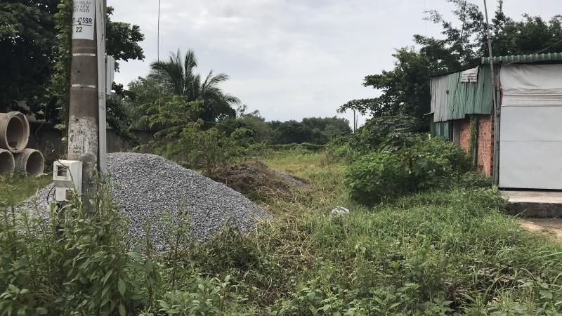 Con suối bị lấp thành bãi đất trống gắn liền với thửa đất của gia đình ông Lộc