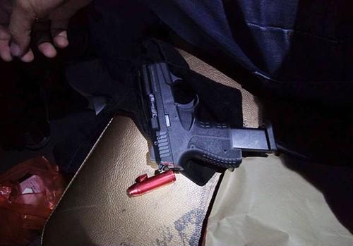 Khẩu súng lúc thu giữ tại quán. Ảnh: M.H.