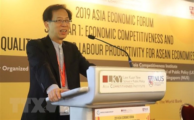 Ông Tan Khee Giap, Chủ tịch Ủy ban hợp tác kinh tế châu Á-Thái Bình Dương của Singapore, phát biểu khai mạc diễn đàn. (Ảnh: Xuân Vịnh/TTXVN)