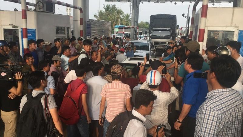 Người dân phản đối trạm thu phí đoạn qua Cai Lậy (Tiền Giang)