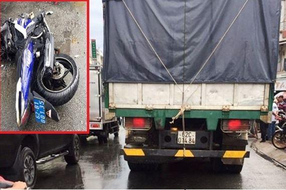 Hiện trường vụ xe ô tô 62C-014.84 đâm thẳng vào xe máy của cán bộ QLTT Long An