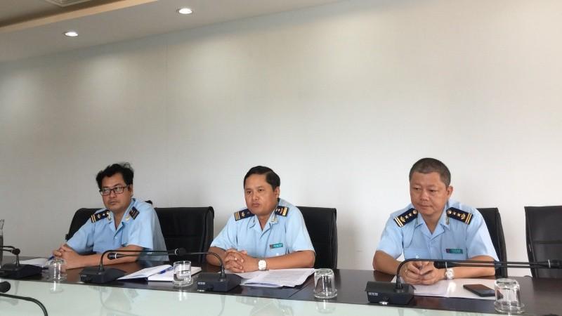 Ông Đinh Ngọc Thanh - Phó Cục trưởng Cục Hải quan tỉnh Quảng Trị (ngồi giữa) trong buổi làm việc với báo chí
