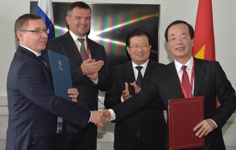 Hai Phó Thủ tướng chứng kiến lễ ký Bản ghi nhớ hợp tác giữa Bộ Xây dựng Việt Nam và Bộ Xây dựng Nga. Ảnh: VGP